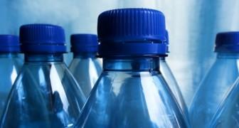 L'acqua contenuta nelle bottiglie di plastica fa male: all'interno livelli altissimi di microplastiche