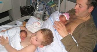 Il bambino aiuta il papà a crescere i fratellini prematuri: il motivo per cui li tengono sul petto è dolcissimo