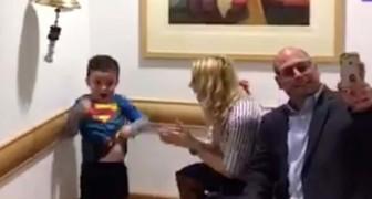 Um menino festeja o fim dos seus ciclos de quimioterapia: a sua alegria vai tocar o teu coração