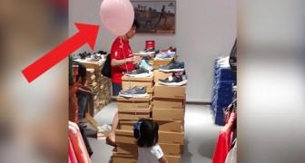 I genitori di questa bimba usano un trucco infallibile per non perderla di vista nel centro commerciale