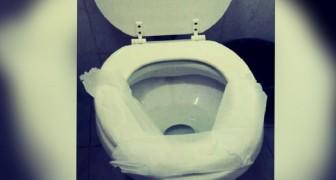 Anche tu ricopri la tavoletta del bagno pubblico con la carta igienica? Ecco perché dovresti smettere di farlo subito