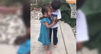 Dieses Kind tröstet seine kleine Schwester, wie es kein Elternteil hätte tun können.