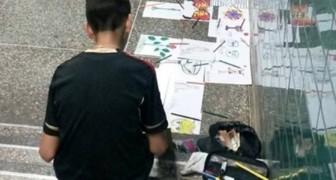 Un bambino vende per strada i suoi disegni dopo la scuola per aiutare la mamma invalida