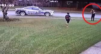 Un policier arrête sa voiture de patrouille en voyant un enfant jouer seul dans un jardin : la simplicité de son geste va émouvoir le quartier.