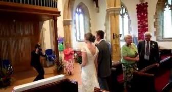 Sbaglia clamorosamente la canzone all'uscita dalla chiesa