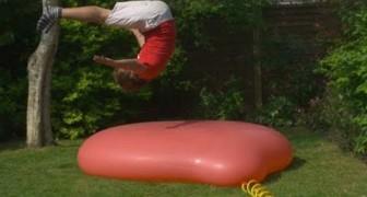 Si lancia su un enorme pallone: l'esplosione in slow motion è magica