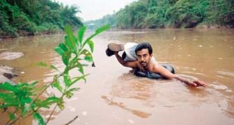 Ogni giorno questo insegnante attraversa un fiume a nuoto pur di raggiungere la scuola