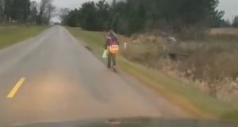 Bullizza un compagno sullo scuolabus: il padre la fa camminare per 8 km per raggiungere la scuola