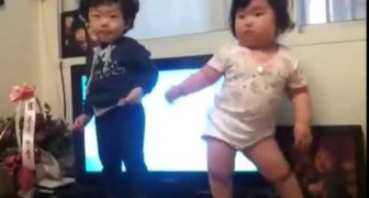 Incredible dance by a chubby korean baby !