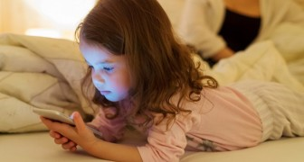 Kinderen die tablets en smartphones gebruiken lopen het risico taalontwikkelingsachterstanden te krijgen volgens een onderzoek