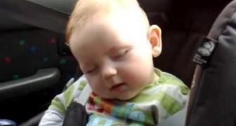 Süßes Baby kämpft mit dem Schlaf
