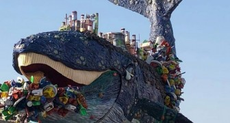 Carnevale di Viareggio: tra i carri un'enorme balena coperta di rifiuti per denunciare la plastica nei mari