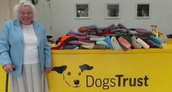 Denna 89-åriga kvinna har sytt 450 kappor och täcken för herrelösa hundar