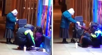 Esta abuela que lleva de comer a los indigentes en las heladas noches invernales ha conmovido al mundo entero