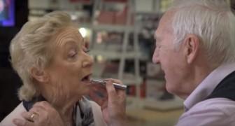 Sa femme est en train de perdre la vue alors il apprend à la maquiller pour qu'elle se sente toujours belle