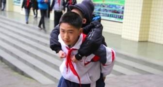 Elke dag, gedurende 6 jaar, draagt deze jongen zijn beste vriend op zijn rug zodat hij naar school kan