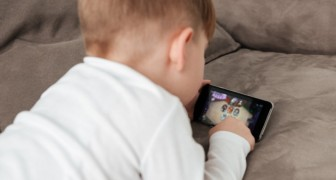 A four-year-old child became myopic because his grandmother let him play with his smartphone every day for hours