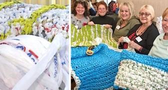 Estas senhoras fazem tapetes e cobertas todas as semanas para os moradores de rua