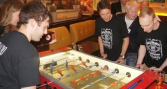 Questo bar di Cremona ha sostituito le slot col biliardino: Siamo stanchi di vedere i clienti rovinarsi la vita