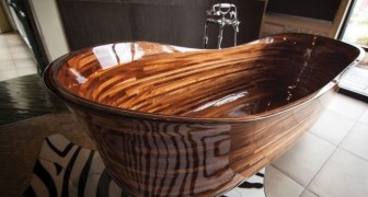 Ein Handwerker entwirft schöne Badewannen mit Marine-Technik, und das Ergebnis ist ein Kunstwerk