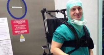 Grazie a uno speciale esoscheletro questo chirurgo paralizzato continua ad operare i suoi pazienti ogni giorno
