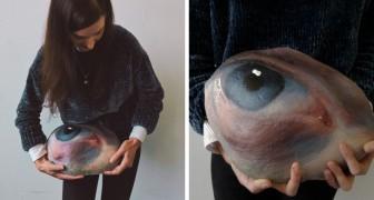 Cette fille ramasse des pierres, les peint avec des yeux humains et les remet à leur place pour être retrouvées ou perdues à jamais