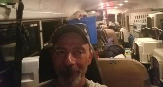 Un autista vede molti animali in difficoltà durante l'uragano, così trasforma il bus in un'Arca di Noè