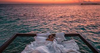 Questo resort ti permette di dormire sotto le stelle sospeso sull'acqua: le foto sono spettacolari