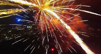 Eine Drohne nimmt spektakuläre Bilder inmitten des Feuerwerks auf