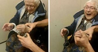 Questa donna di 99 anni desiderava farsi arrestare almeno una volta nella vita: la polizia esaudisce il suo sogno