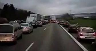 Comme les automobilistes réagissent face à une sirène d'ambulance