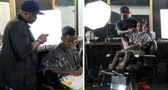 Questo barbiere offre sconti ai bambini purché leggano libri durante il taglio
