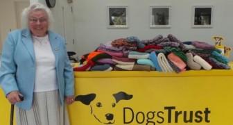 Esta mujer ha realizado a mano 450 mantas para donar a los perritos de un refugio