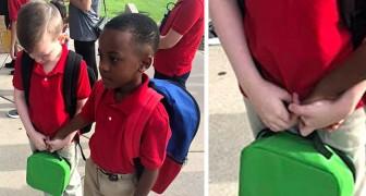 Questo bimbo autistico ha paura di entrare a scuola: un suo compagno lo aiuta con un gesto commovente