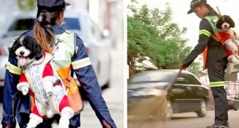 Un'operatrice ecologica di Bangkok porta il suo cucciolo in spalla mentre pulisce le strade della città