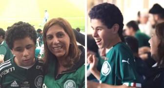 Deze moeder neemt haar blinde zoon mee naar het stadion en vertelt hem van minuut tot minuut over de wedstrijd