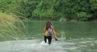 Chaque jour, cette enseignante marche pendant 2 heures et traverse 5 rivières pour rejoindre l'école où elle enseigne