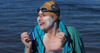 Après avoir vaincu le cancer, elle traverse la Manche à la nage 4 fois sans s'arrêter et bat tous les records