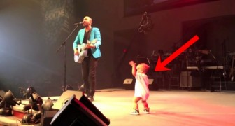 Baby gets on stage to hug his father and delights the audience with an incredible dance