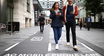 A Manchester arrivano le corsie lente per i pedoni che non riescono a staccare gli occhi dallo smartphone
