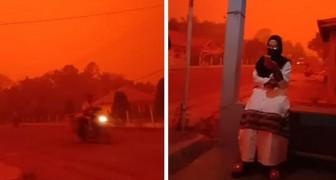 In Indonesia i numerosi incendi provocati dagli agricoltori hanno colorato il cielo di rosso