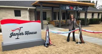 Steven Tyler van Aerosmith heeft twee huizen geopend die voor vrouwelijke slachtoffers van geweld zorgen
