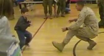 Ce soldat de la marine était parti en sachant que son fils ne marcherait jamais: voilà son cadeau de retour