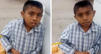 Cet orphelin vend de la couenne de porc dans la rue pour aider sa grand-mère qui s'occupe de lui