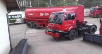 This brilliant driver makes an incredible U turn with a truck !