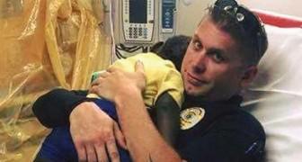 Trovano un bimbo che piange tutto solo in strada: un poliziotto lo abbraccia forte tutto il tempo per calmarlo