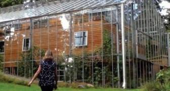 Questa coppia ha costruito una serra intorno alla propria casa, per vivere al caldo e coltivare cibo tutto l'anno