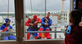 Les laveurs de vitres se déguisent en super-héros pour faire une surprise aux enfants du service de pédiatrie d'un hôpital