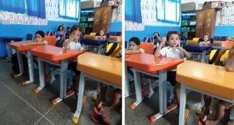 In classe c'è un bambino sordo: il vicino di banco gli traduce Cappuccetto Rosso nella lingua dei segni