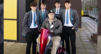 Deze 4 tieners duwden een oudere man die 1,5 km met zijn elektrische scooter vastzat